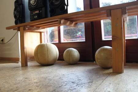 Medizinbälle liegen im Gruppenraum des Ertlhof